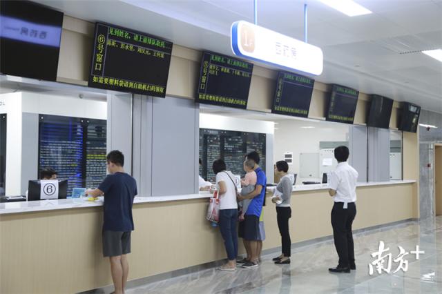 图为东莞东华医院的取药口,已经使用自动取药设备,患者可以更快拿到自己的药品。.png